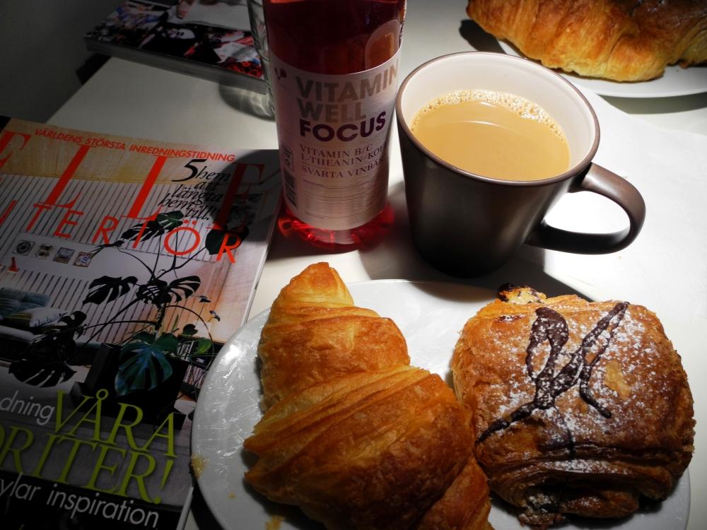 Min frukost: croissant, kaffe och Elle Interiör.