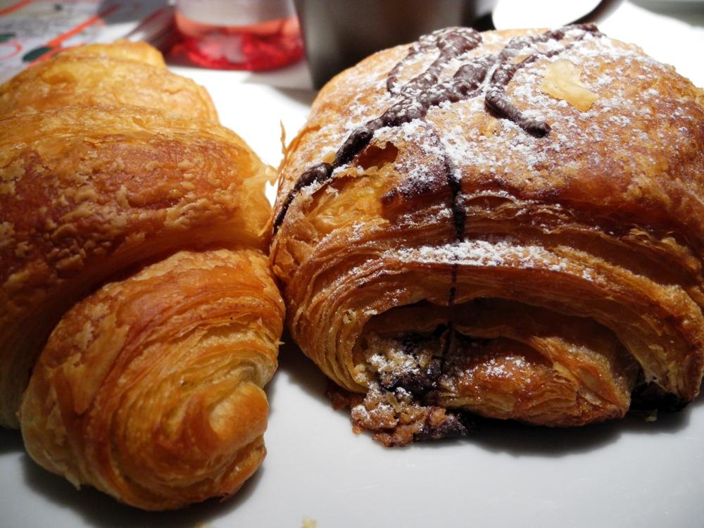 Pain au chocolat och croissant.