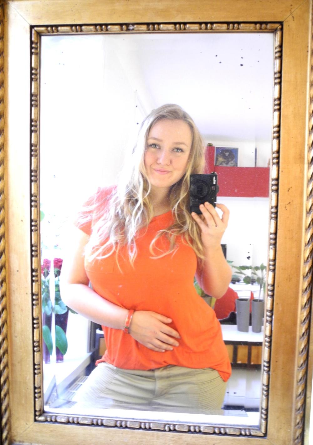 En Dagens Outfot bild på mig, orange tröja och matchande armband.