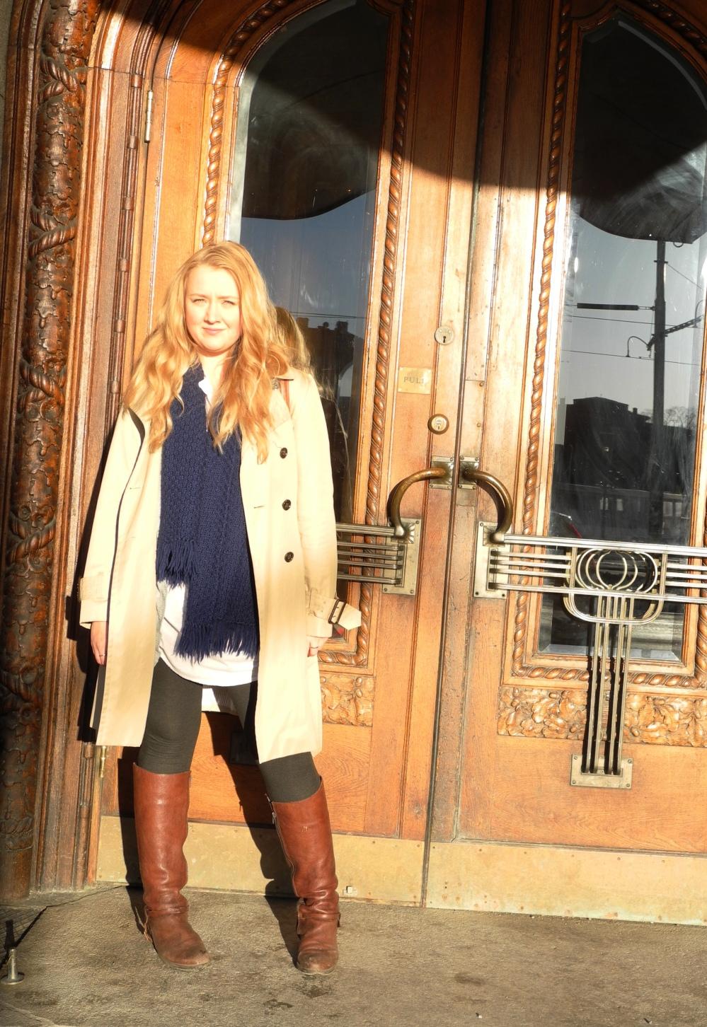 Jag står i solskenet utanför Hotel Diplomat iklädd Trench coat från Banana Republic.