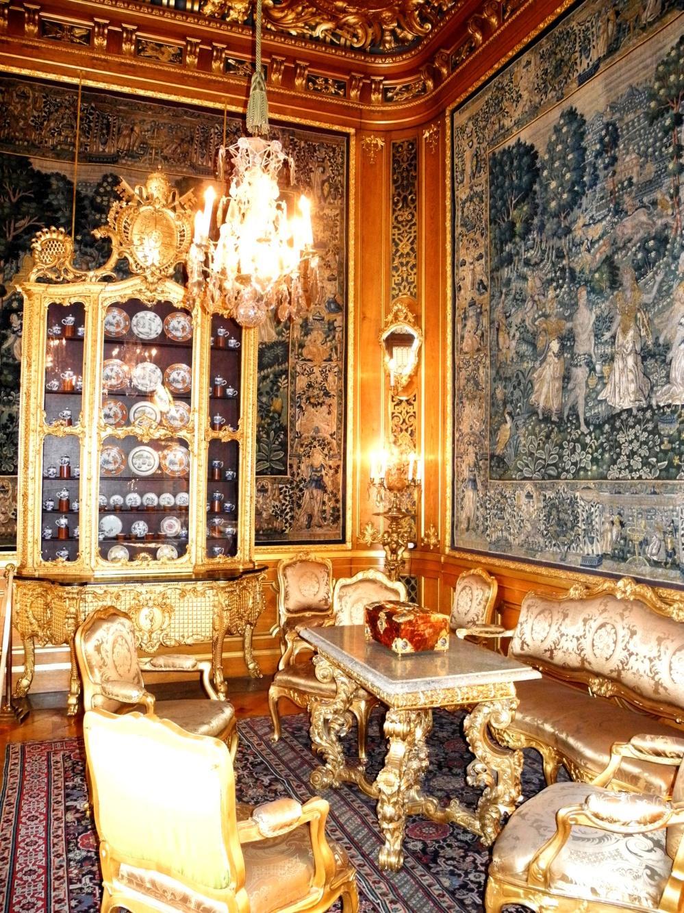 Bild på en vacker guldbrun sal på Hallwyllska.