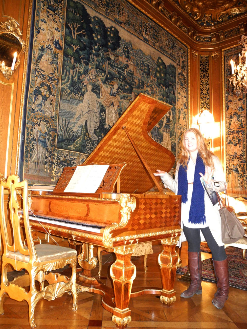 Jag posar bredvid det vackra pianot på Hallwylska!