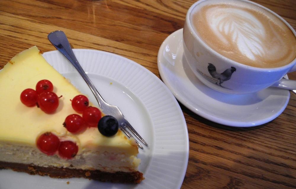 På Saturnus har de den godaste cheesecaken och kaffet är alltid gott.