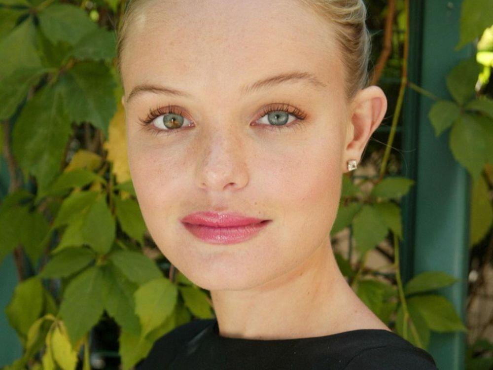 Kate Bosworth med olik ögonfärg och utåtstående öron.