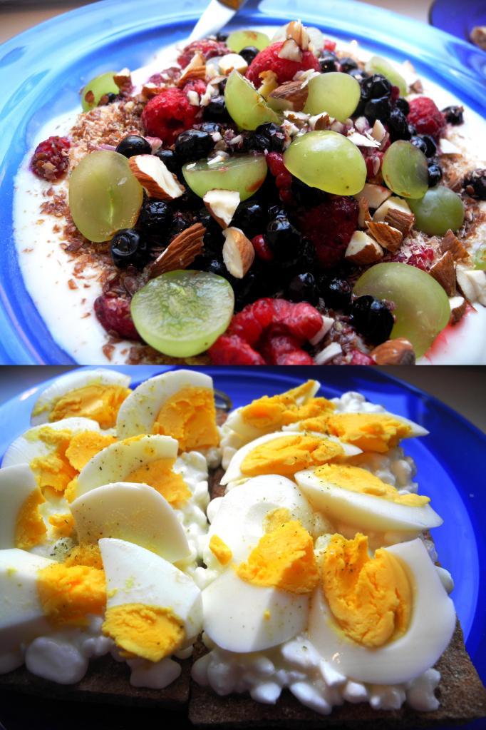 Frukost med ägg, keso och färska bär.